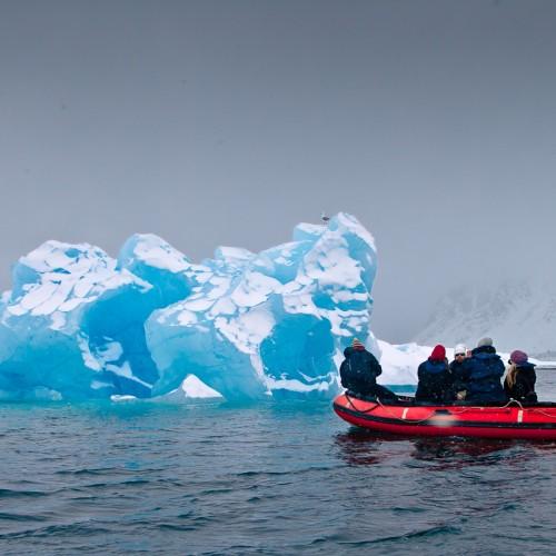 Azul antiguo. El hielo que vemos habitualmente debe su color blanco a las pequeñas burbujas de aire que se encierran en él. Pero estos bloques de hielo, sometidos a la altísima presión de de la nieve acumulada durante más de 200.000 años en algunos casos, es Azul. Con mayúscula y profundidad.